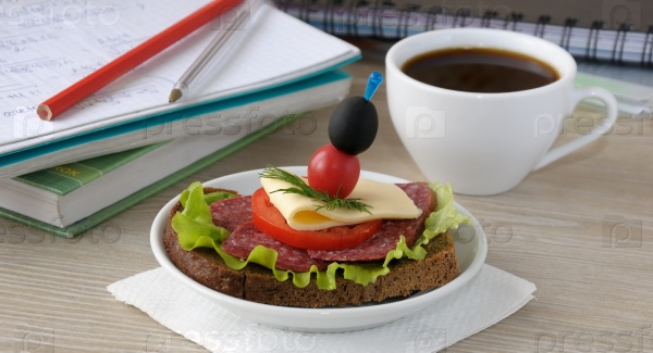 Бутерброд и кофе