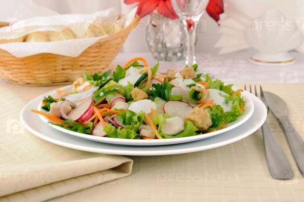 Овощной салат с курицей и йогуртом