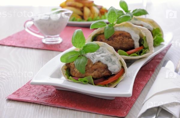 Мясо в пите с соусом и овощами