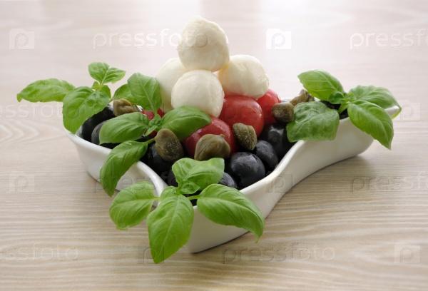Закуска с моцареллой, помидорами черри, оливками и базиликом