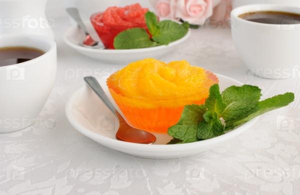 Чашка кофе с апельсиновым желе с кусочками свежего апельсина