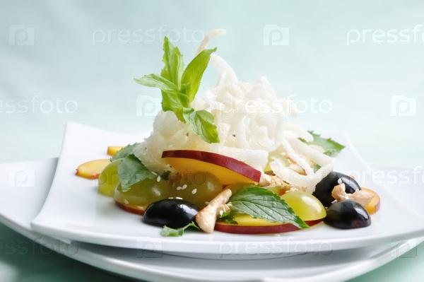 Летний салат с виноградом и нектаринами