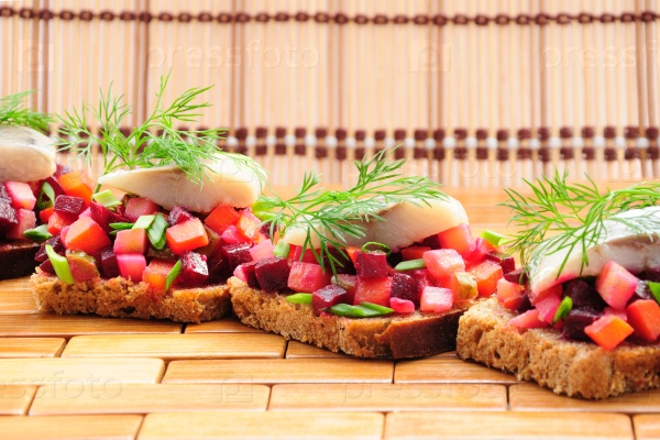 Бутерброды с ржаным хлебом, селедкой и овощами