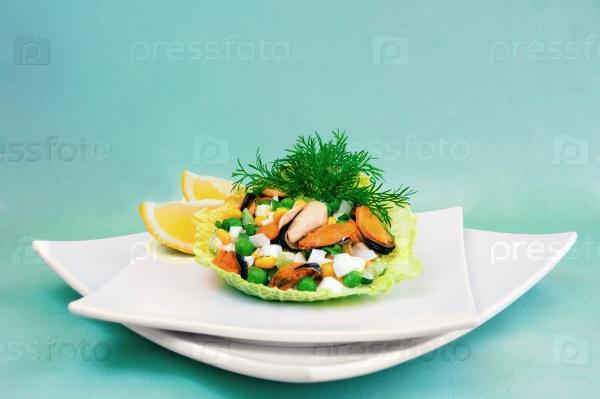Салат из мидий с кукурузой и горохом