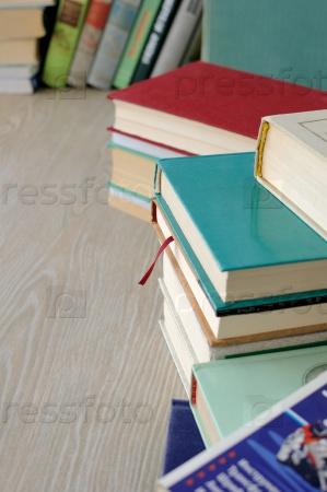Разнообразие книг в стопки на столе