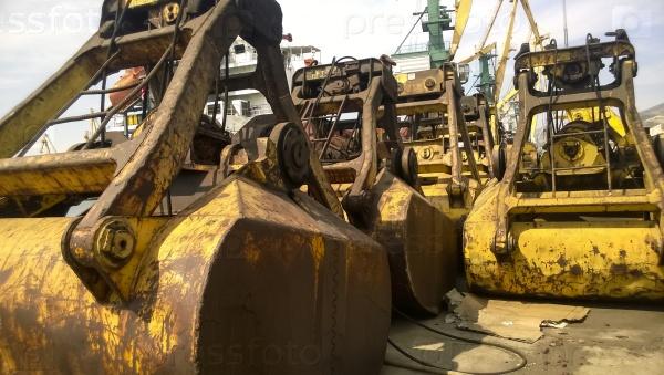 Большие ковши портовых погрузчиков