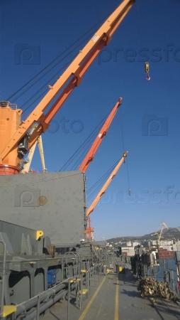 Индустриальный пейзаж развитой портовой инфраструктуры