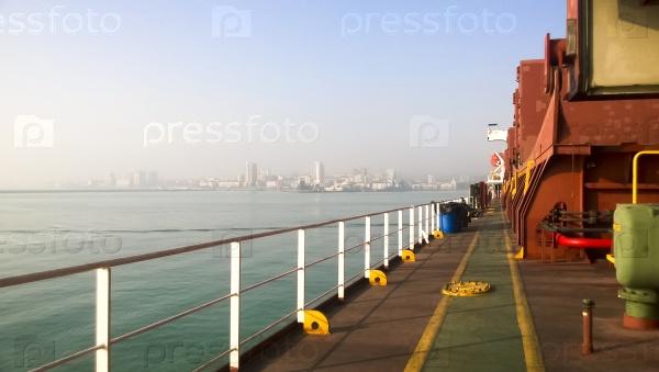 Промышленный порт с башенными кранами и грузовой инфраструктурой