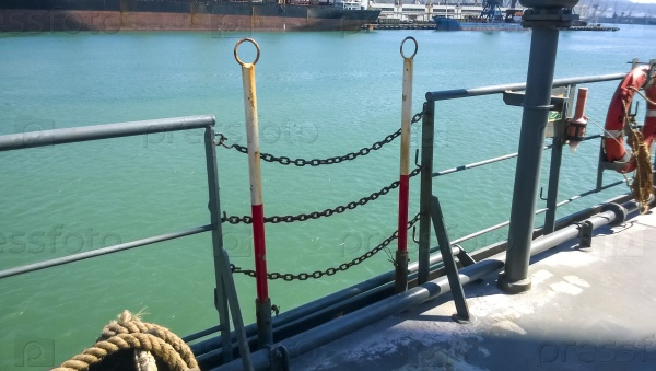 Закрытый вход на палубу корабля