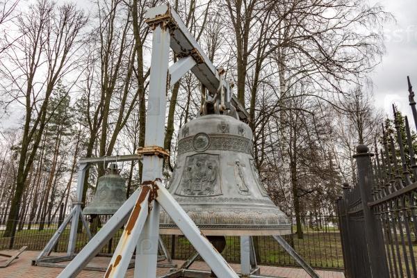 Огромный церковный колокол