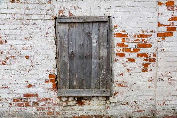 Закрытое окно в стене