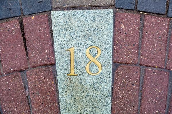 Металлическая цифра 18