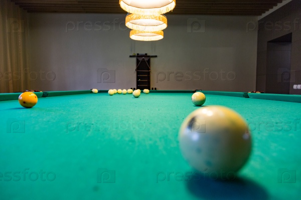 Бильярдный стол и шары
