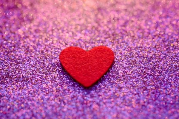 Сердце на сверкающем фоне