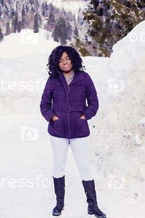 Чернокожая девушка зимой