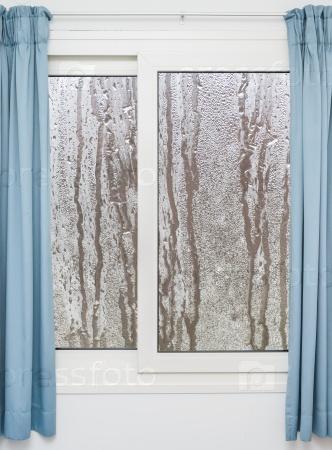 Белые окна с синими шторами