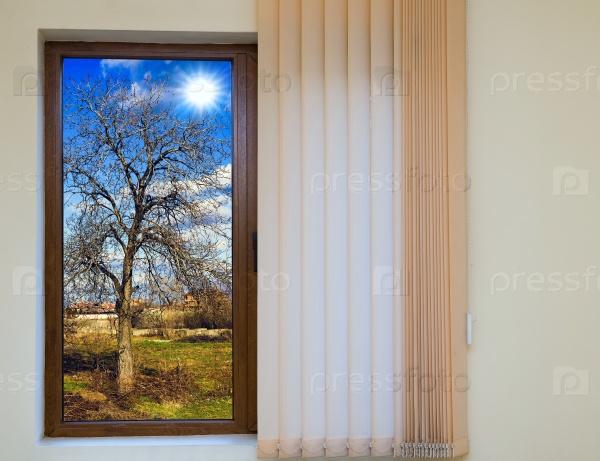 Вид из окна с жалюзи