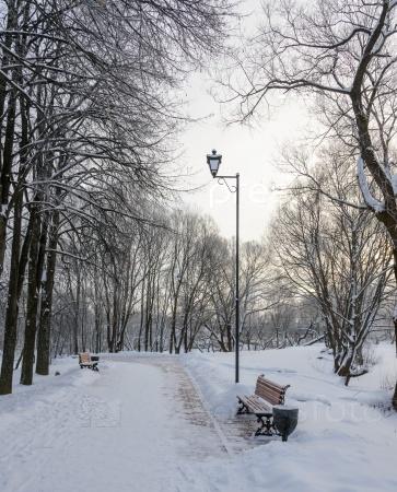 Набережная для прогулок со скамейкой и фонарем
