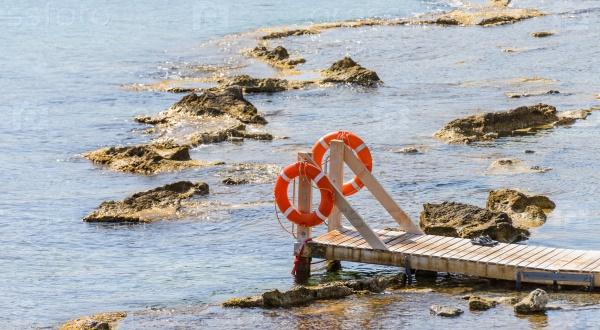 Деревянный мост вдается в пространство моря