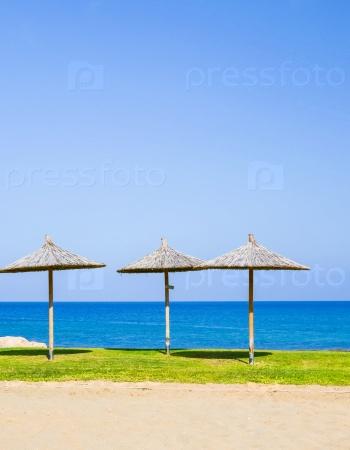 Зонтики из соломы на море