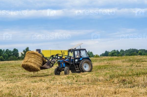 Трактор с сеном