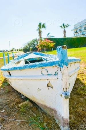 Старые лодки на пляже