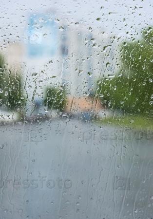 Капли дождя на стекле с фоном