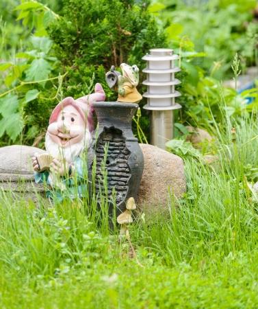 Фонарь и фигурки в саду