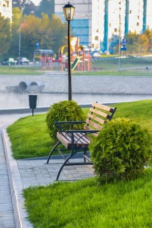 Деревянные скамейки на набережной