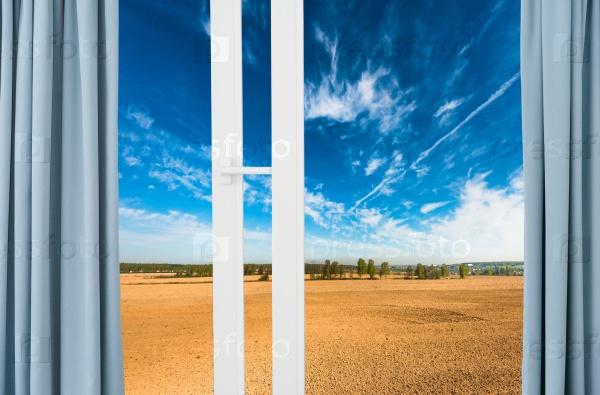 Пейзаж за окном с занавесками
