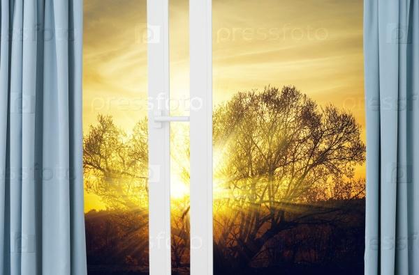 Восход солнца из окна с занавесками