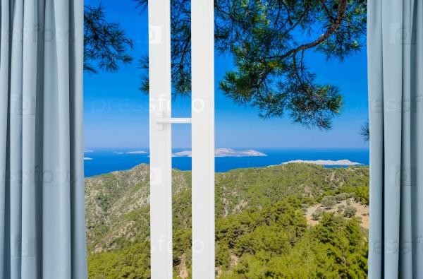 Пейзаж с видом через окно с занавесками