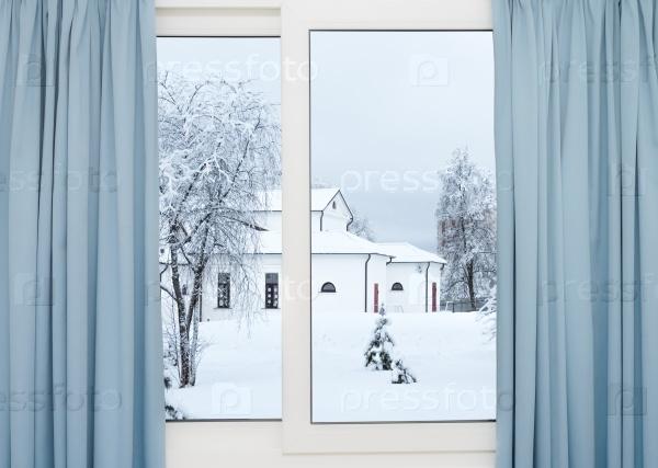 Зимний вид из окна здания