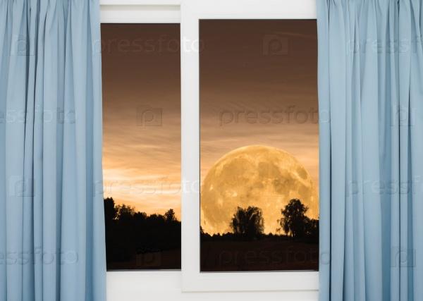 Вид полной луны за окном