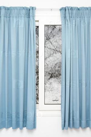Закрытое окно с занавесками