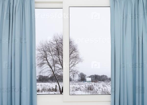 Вид из окна на зимний лес