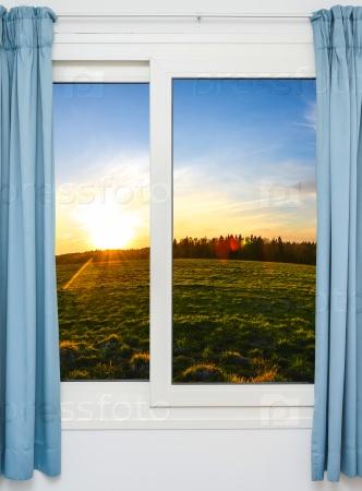 Окно с видом на зеленый луг