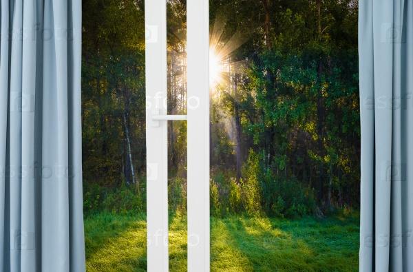 Прекрасный вид на восход солнца из окна с занавесками