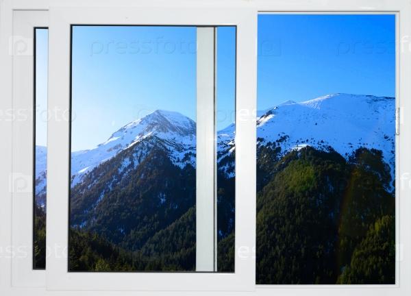 Белые окна с видом на вершины снежных гор