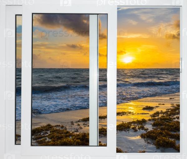 Красивый закат на вид на море из окна