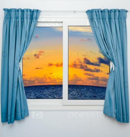 Море и закат из окна