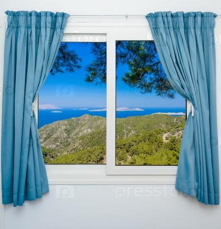 Пейзаж с видом из окна с занавесками