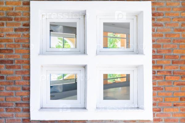 Окно в кирпичной стене