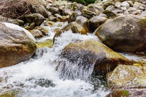 Горные речные камни