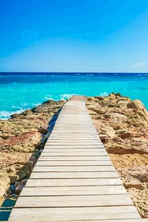 Деревянный мост вдается в море