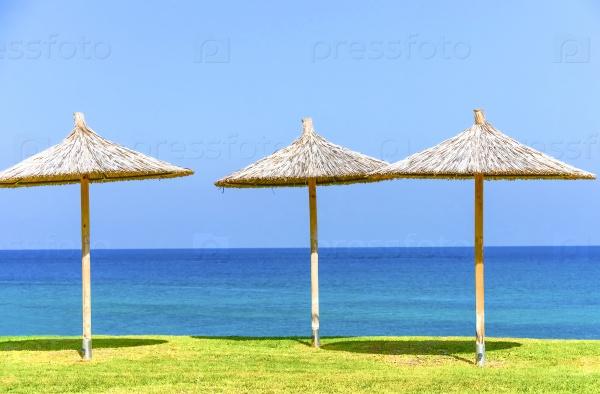 Зонтик из соломы на море