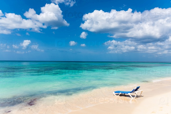 Море, пляж и шезлонг