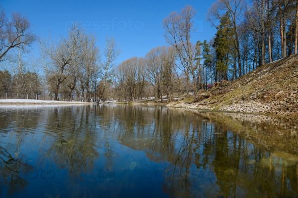 Озеро в начале весны