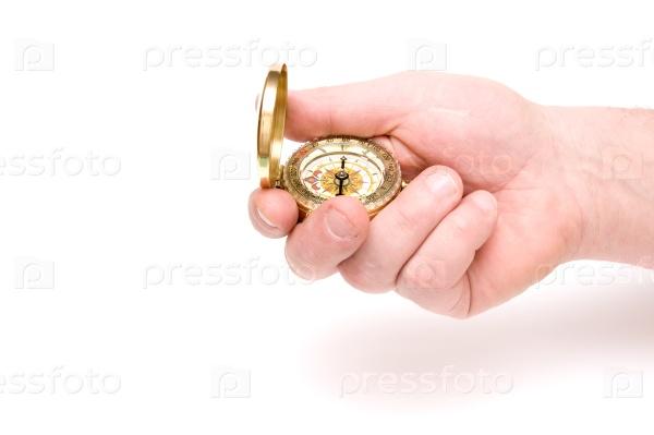 Рука держит компас на белом фоне