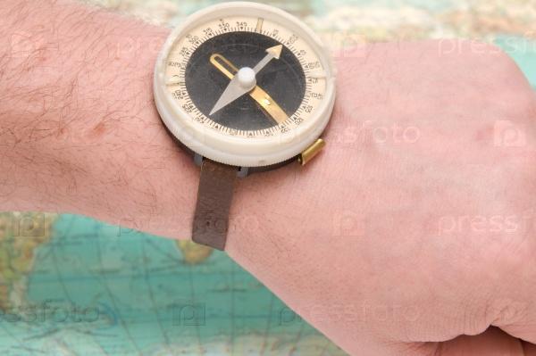 Старый компас на карте мира
